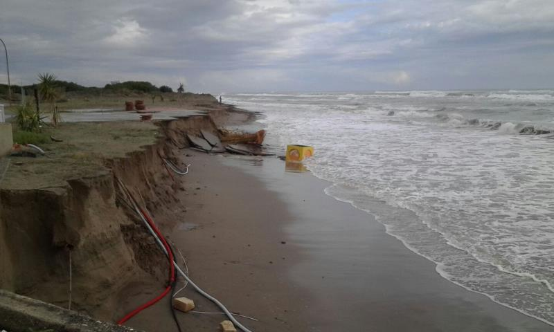 La costa divorata dal mare  (foto Mary Padula)