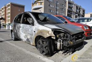 L´auto distrutta dalle fiamme (foto SassiLand)