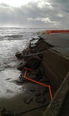 Scanzano, il muro distrutto dalle   mareggiate (foto Mary Padula)